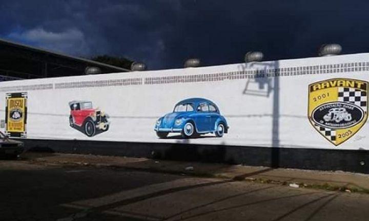 Arte de Flávio Oliveira ilustra muro do Museu do Automóvel