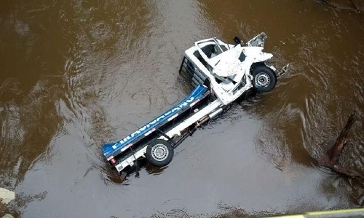 Motorista perde controle e caminhão cai em rio na SP-255