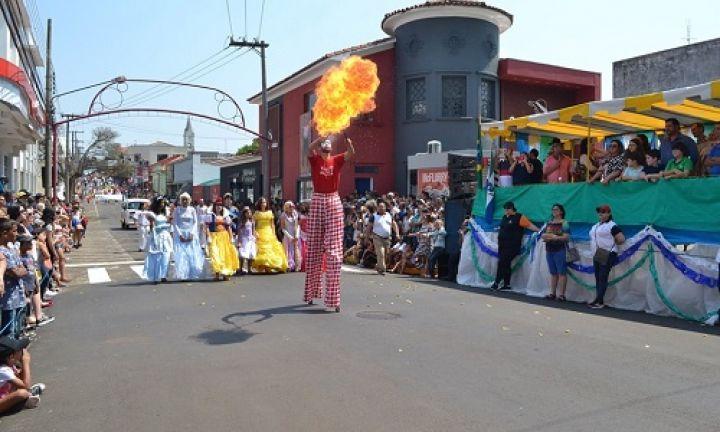 Grande público prestigia desfile de aniversário de Avaré