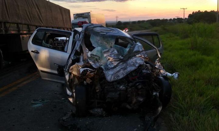 Acidente entre caminhão e carro e deixa três jovens mortos