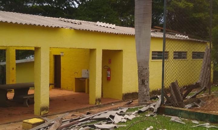 Vendaval destelha prédios da AABB Jurumirim em Avaré