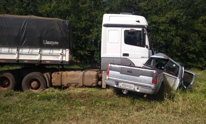 Casal morre em colisão entre caminhonete e caminhão na SP-255
