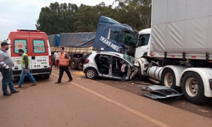 Carro é atingido por dois caminhões e motorista fica gravemente ferido