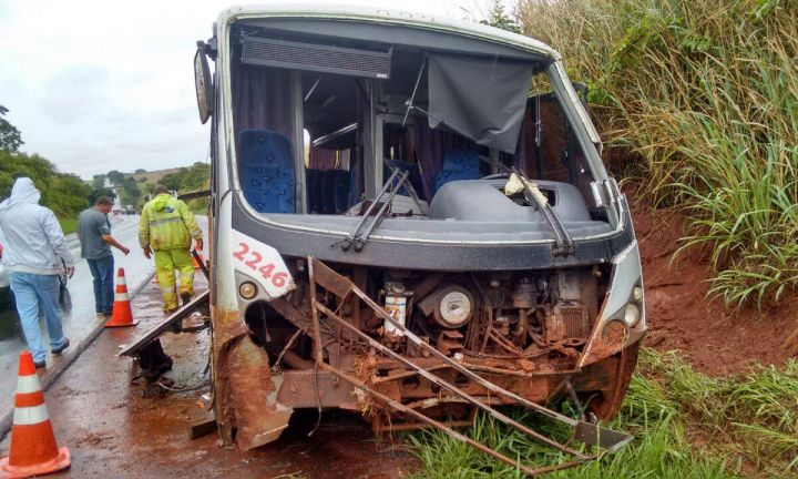 Micro-ônibus tomba na SP-255 e passageiros se ferem gravemente