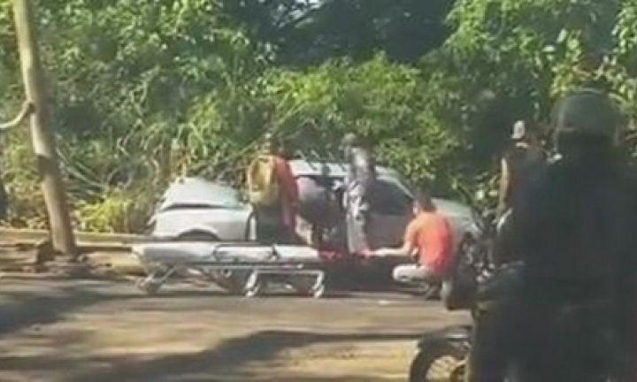 Motorista fica ferido ao bater carro em poste de avenida