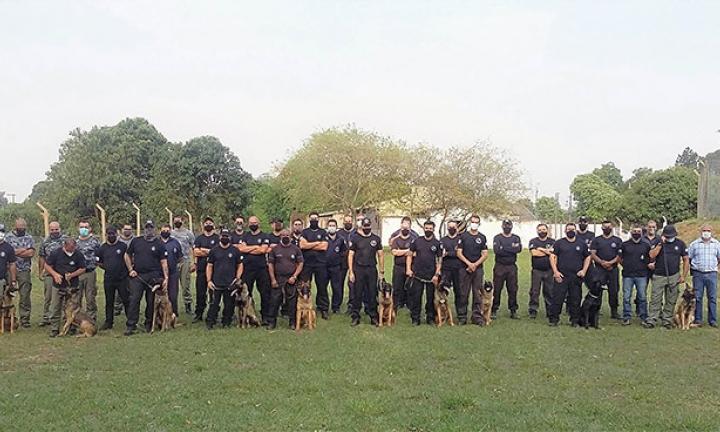 Encontro reúne 33 adestradores e 11 cães na Penitenciária II de Avaré