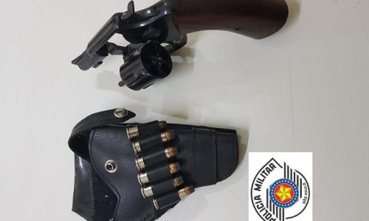 Após tentativa de fuga, homem é preso por porte ilegal de arma