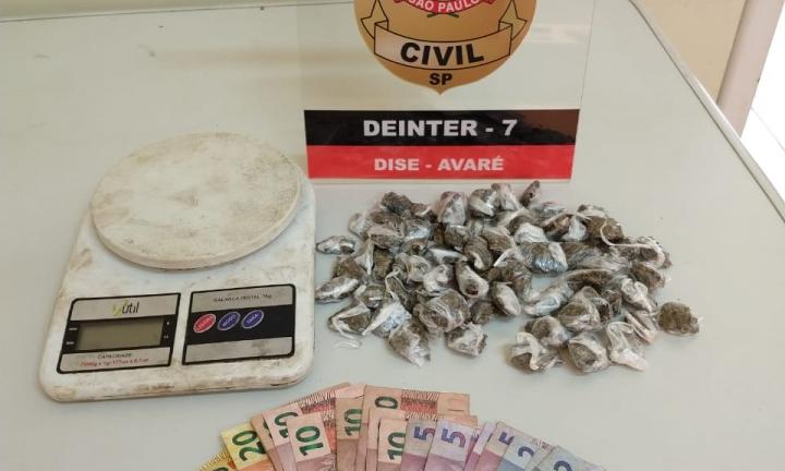 Jovem de 17 anos é detido com 68 porções de maconha