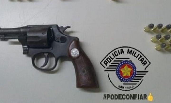 Após fuga de moto, homem confessa ter arma ilegal em casa