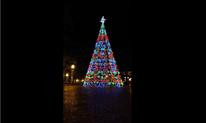 Prefeitura instala Árvore de Natal gigante no Largo São João