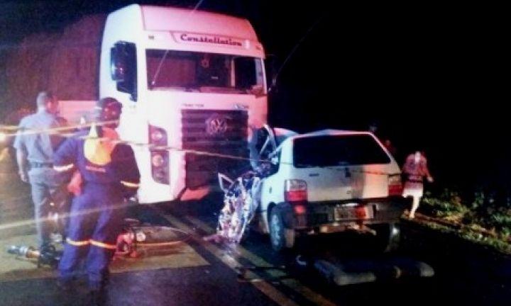 Homem morre após bater carro de frente com carreta