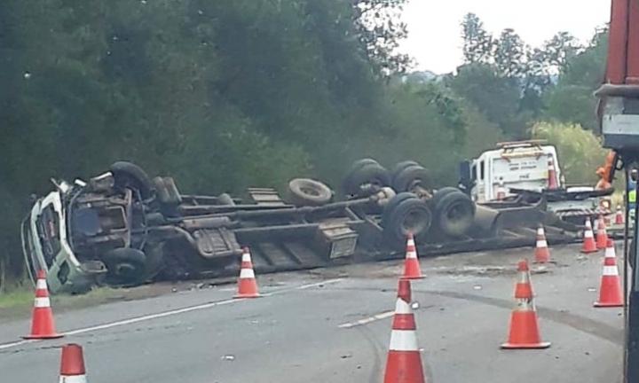 Caminhão com bois tomba após batida com carro em rodovia de Avaré
