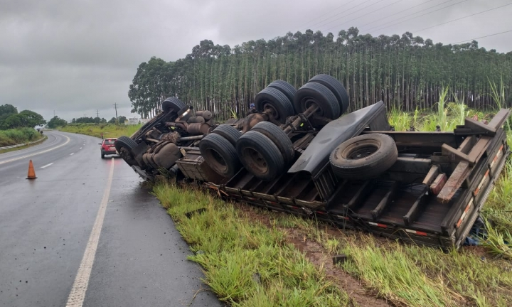 Caminhão carregado com farinha capota na Rodovia Raposo Tavares