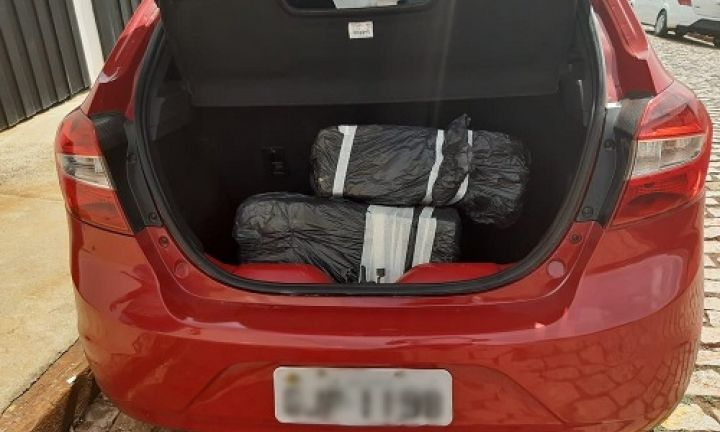Motorista é preso após PM encontrar cerca de 50 quilos de maconha em porta-malas
