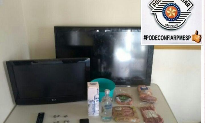 Menores são detidos após furto de TVs e alimentos no Costa Azul