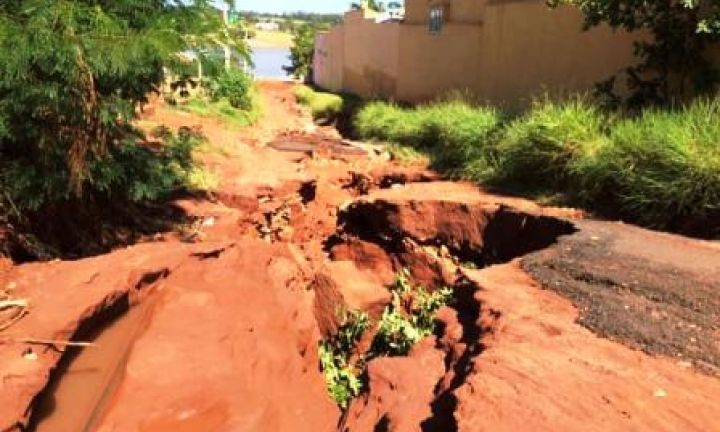 Erosão em rua na Ponta dos Cambarás ameaça casas