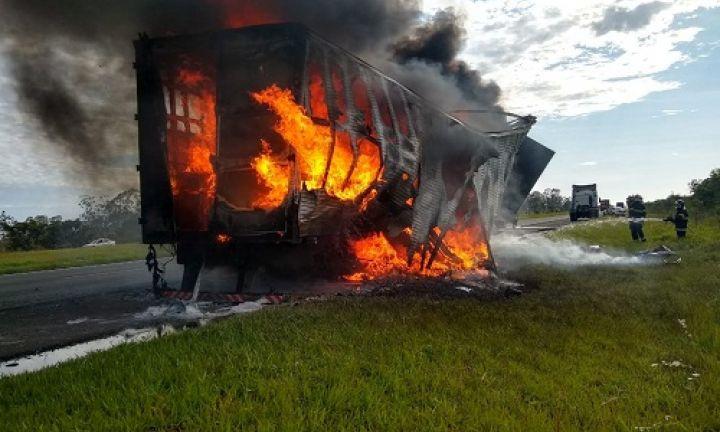Baú de caminhão fica destruído após pegar fogo na Castello Branco