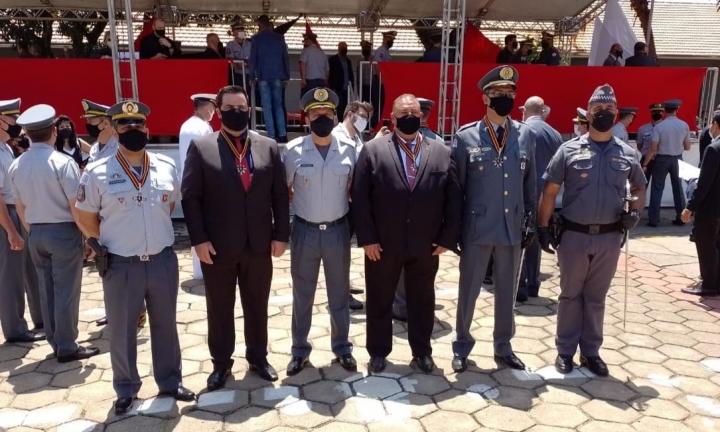 Prefeito Jô Silvestre é homenageado com comenda da Polícia Militar