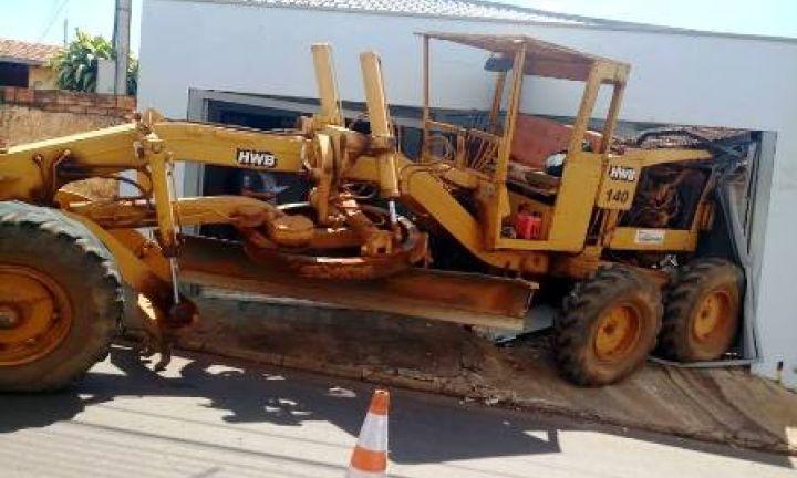 Máquina desgovernada invade casa em Taquarituba