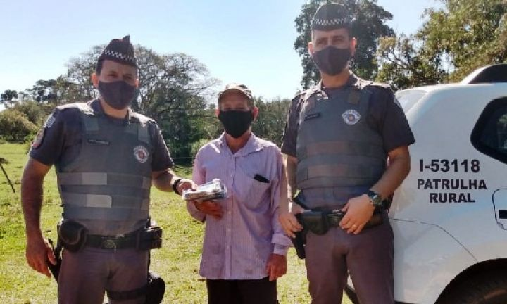 Polícia Militar distribui máscaras de proteção na zona rural