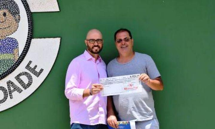 Nicolau Max faz doação à Colônia Espírita Fraternidade