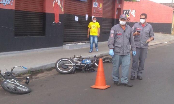 Moto colide com bicicleta na Félix Fagundes e condutores ficam feridos