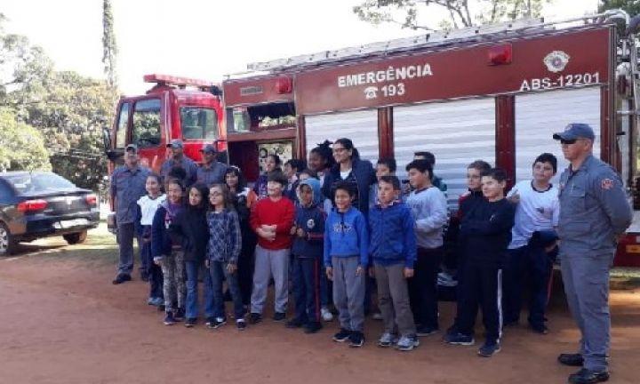 Bombeiros ministram palestra sobre queimadas a alunos de escola municipal