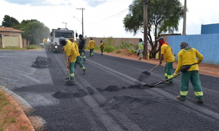 Prefeitura dá continuidade à pavimentação de ruas no Terras de São José