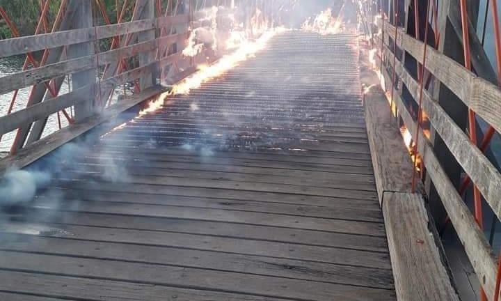 Incêndio destrói ponte pênsil centenária em Chavantes