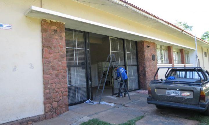 Prédio do CAIC ganha portões com telas galvanizadas