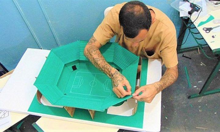 Presos de Cerqueira César recriam estádios de futebol em maquetes