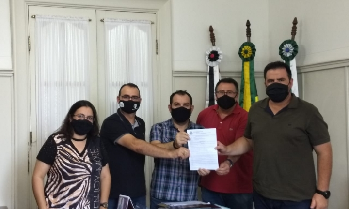 Prefeito e vereadores pedem apoio de parlamentar em ações contra a Covid-19