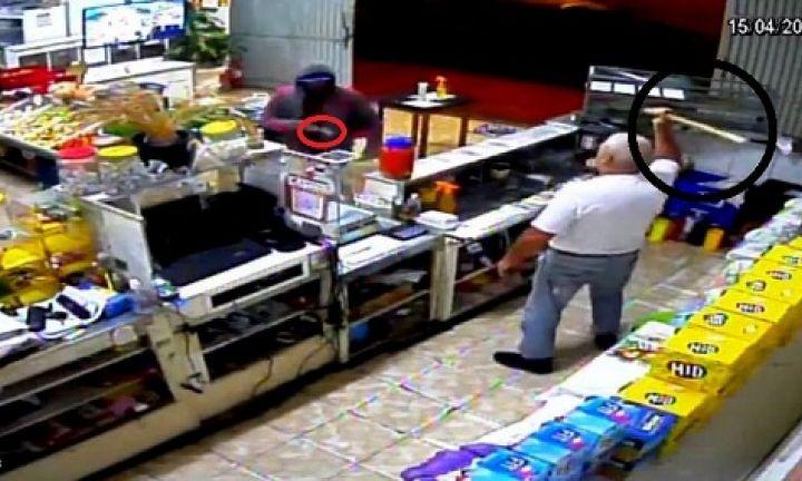 Homem desiste de roubo após vítima se defender com pedaço de madeira