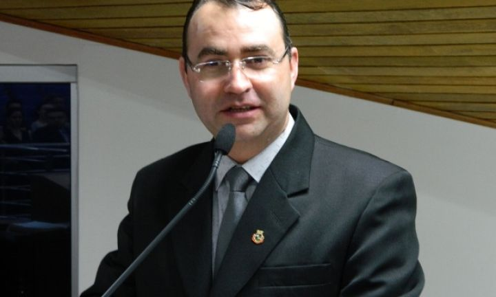 Flávio Zandoná questiona gastos com festas