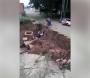 Motociclista cai em cratera e é resgatado por policiais