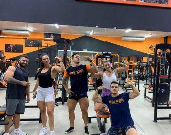 Atletas fitness visitam a academia Gold Gym em Avaré