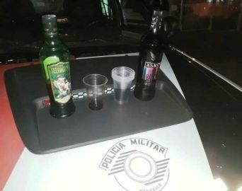 PM flagra rapaz fornecendo bebida alcoólica para menor