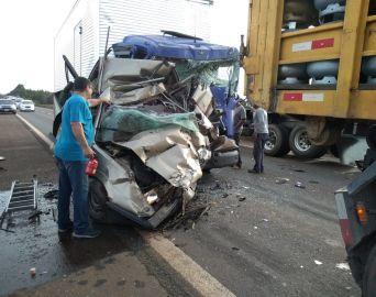 Motorista fica gravemente ferido ao ter o carro prensado por caminhões