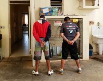 Dupla é presa no Costa Azul por tráfico de drogas