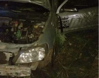 Cinco pessoas ficam feridas após carro bater em árvore