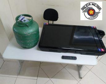 Homens são presos por furto de TV e botijão de gás