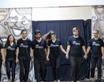 Grupo de Teatro Tomaládácá apresenta a peça Soltando o Verbo