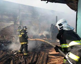 Bombeiros controlam incêndio em barracão de reciclagem