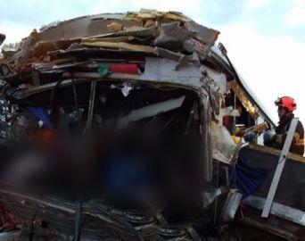 Colisão entre ônibus e caminhão deixa mortos na Castello Branco