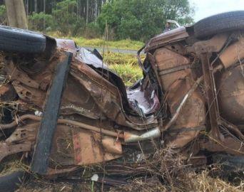 Motorista morre após capotar e bater carro em poste