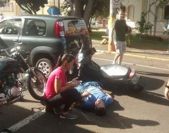 Motociclista se fere ao colidir com traseira de carro