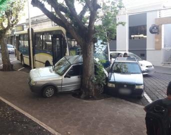 Ônibus arrasta e prensa carro contra árvore em Piraju