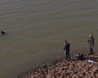 Bombeiros encontram corpo de motorista de carro que caiu na represa Jurumirim