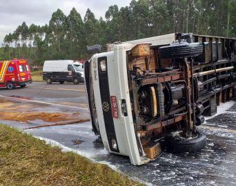 Caminhão tomba na SP-255 e tráfego é paralisado por 50 minutos