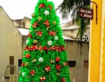 Árvore de Natal com garrafas pet decora a Casa de Artes